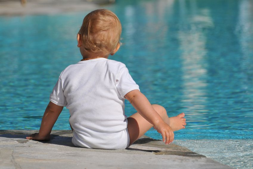 Kleinkind am Pool