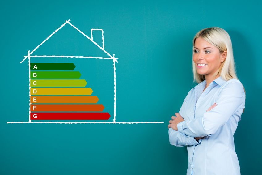 frau prsentiert energiesparhaus